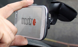 磁石でくっついて無線で充電する「マウンター」