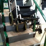 車いすのまま安全に階段の昇降ができるトランサポータ