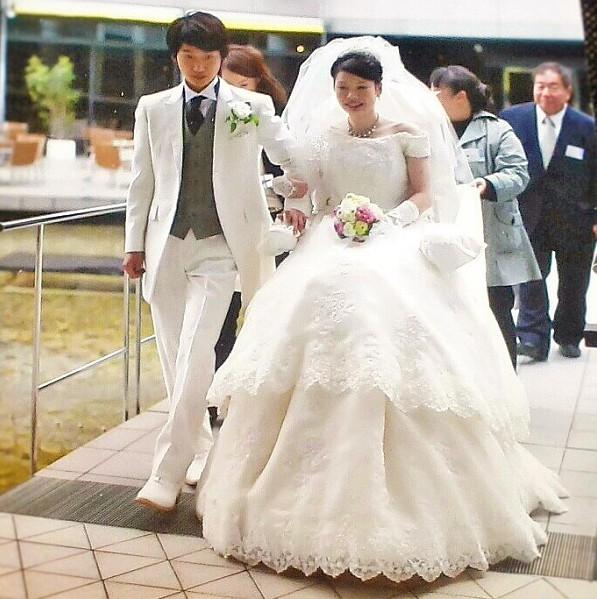 ウエディング用車椅子Iscoを使用中の花嫁=模擬結婚式より