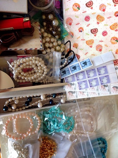 各地から寄付された漁網アクセサリーも材料や切手など