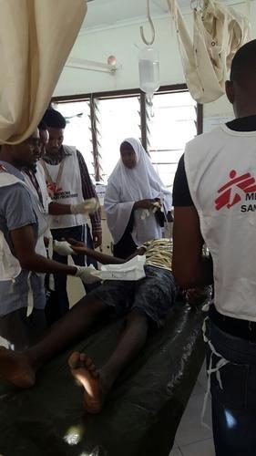 ガリッサ空港で怪我人の手当てをするMSFのメンバー