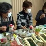 岡田西町たんぽぽの会の皆さんのプリザーブドフラワー製作の様子