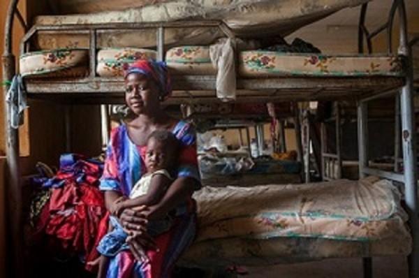 1歳の娘ローズを抱くエブリン。ナイジェリア北東部の国内避難民キャンプにて。ボコ・ハラムに村を襲われ、他の子どもたちと一緒に家を追われた=ユニセフのプレスリリースより