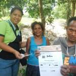 先住民からマンゴーを買うプレダのスタッフ