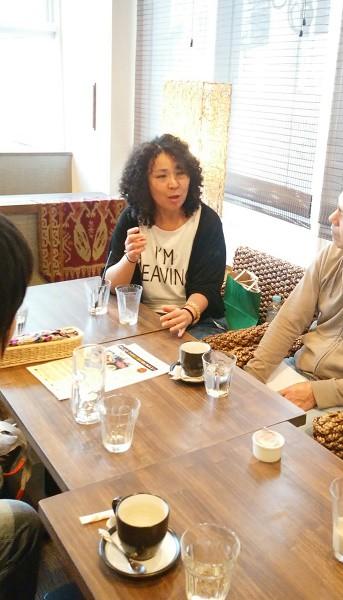 講演会後、知人らと話す高遠菜穂子さん