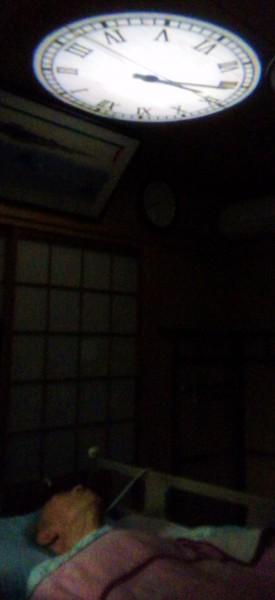 プロジェクションクロックをつけて眠っている義父 2014年
