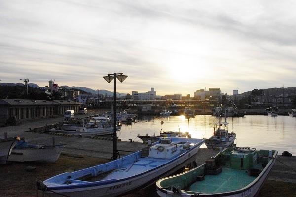 実家近くの港から見える夕陽