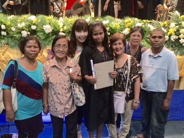 ジェセルメイ(中央)の専門学校卒業式=2015年5月15日、フィリピン・サンバレス州オロンガポで、撮影・橋本正人