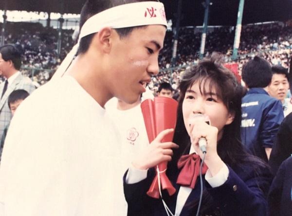センバツ高校野球決勝戦で、スタンドで応援する優勝校の野球部員にインタビューする筆者(高校時代)=甲子園球場で、撮影・井上清志さん
