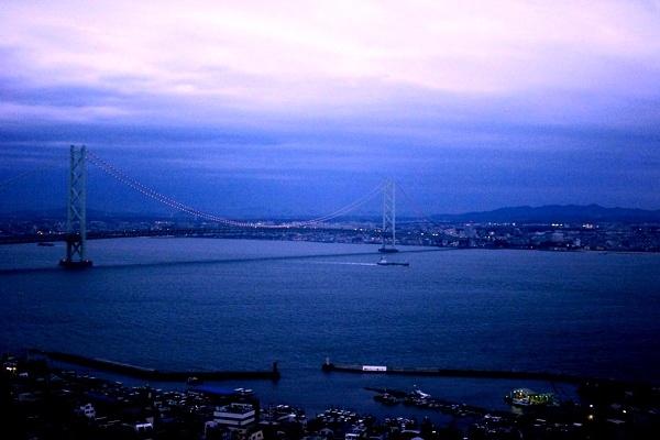 夕暮れ時の明石海峡大橋=撮影・堀内優美