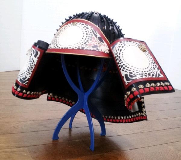 兜の上の黒いブツブツが綿棒で作った「鋲」=撮影・Lapisさん