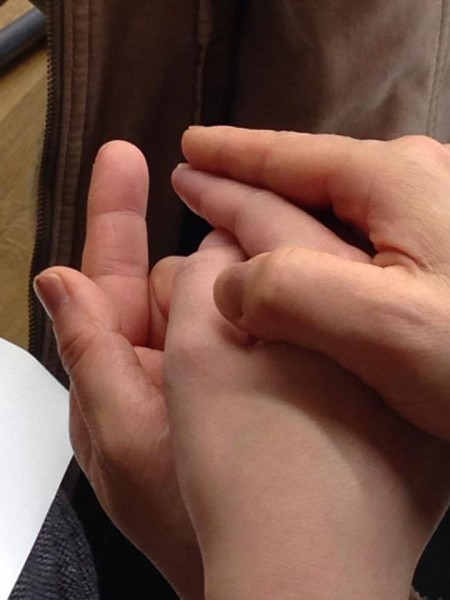 指談をするために手をとっているところ=写真提供・守本早智子さん