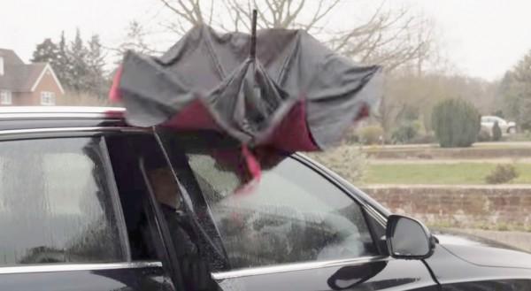 「ひっくり返る傘」で車に乗り降りする様子=YouTubeに掲載された公式動画より