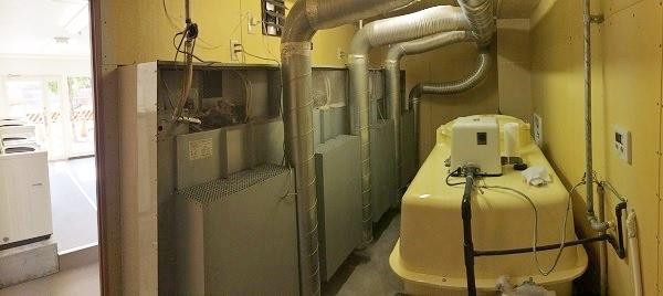 バックヤード内、右側は洗濯機用の水タンク=パノラマ撮影・橋本正人