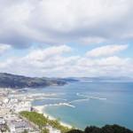 三熊山から見る青空と洲本の市街地=撮影・堀内優美