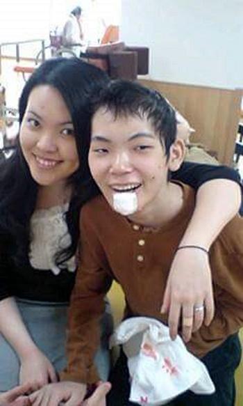 闘病中の良平君と姉の彩子さん=写真提供・守本早智子さん
