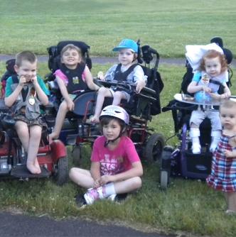特製車椅子があったらいいなあ~~と願う子どもたち  kickstarter より