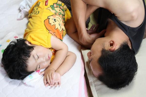 お父さんとお昼寝するあ~ちゃん 写真提供:林智子さん