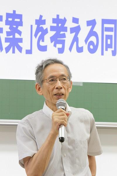 集会の冒頭であいさつする出原政雄法学部教授=撮影・橋本正人