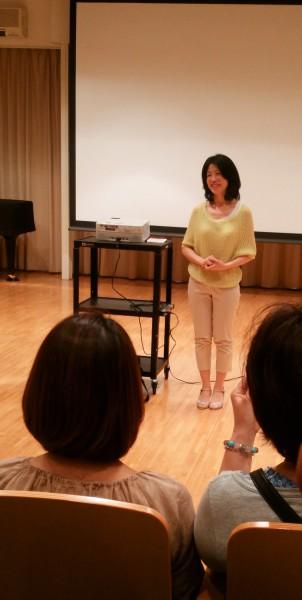 30分バージョンの「大地の花咲き」試写で話をする岩崎靖子監督 撮影:松中みどり