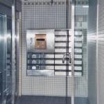 最初に購入した部屋のあるマンションの玄関=2005年2月12日、撮影・橋本正人