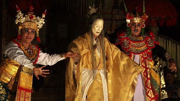 バリ舞踊と津村さんの写真