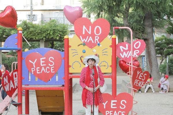 「戦争反対! 愛と平和の女子パレ」集合場所にて=2015年7月19日、撮影・橋本正人