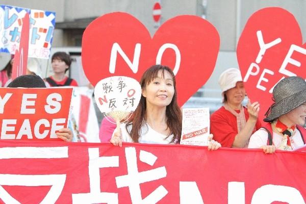 「戦争反対! 愛と平和の女子パレ」に参加した筆者=2015年7月19日、撮影・橋本正人