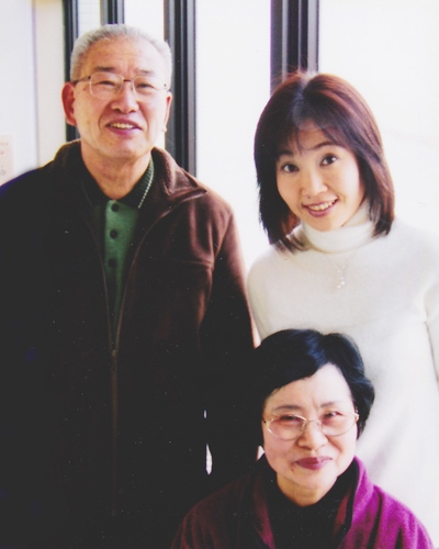 事故で倒れる前の父と母と妻=撮影・橋本正人