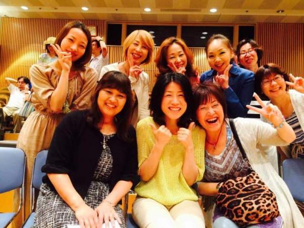 前列右が小山吉美さん、その隣真ん中が岩崎靖子監督 左がハートオブミラクルの三浦喜美子さん<br /> 小山吉美さんのブログより