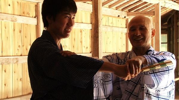 指導中の笑顔の津村さんの写真
