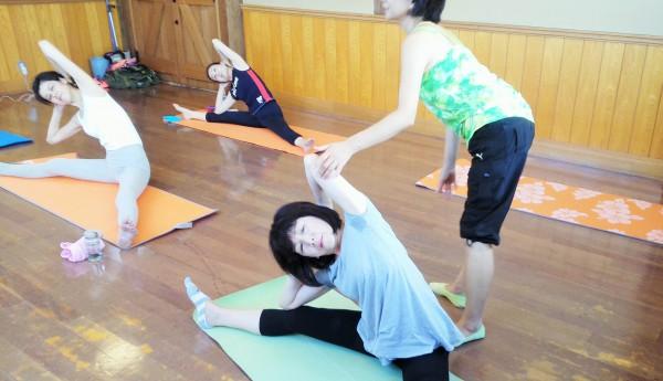 生徒さんの筋肉の動きをチェックする田島章子さん=撮影・松中みどり