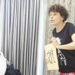 「夕陽の昇るとき」練習風景 演出の嶋田三朗(左)と俳優のフランチスカ・ローザ=撮影:松中みどり