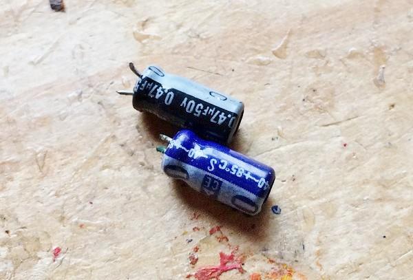 メカムシの原点になった小さなコンデンサー。たしかに虫のように見えます=撮影・橋本正人