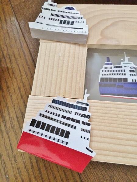 縞模様の服を細く切ると、船の窓のように見えて……=撮影・橋本正人