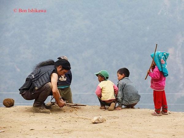 ラプラック村で子どもの遊び道具を修理するJunさん=撮影・石川梵氏