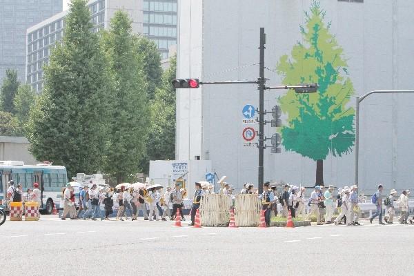国会前に向かう人々の長い列=2015年7月26日、撮影・橋本正人