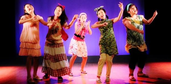 音楽劇「箱の中~オムニバスで贈る3つの物語~」より、小学生チームの「きっず★kocho」=写真提供・劇団kocho