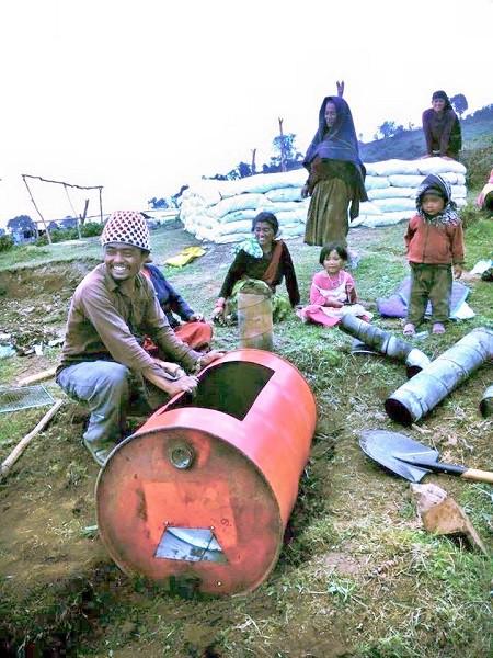 日本から持ってきたドラム缶で村民たちと組み立てる=撮影・Junさん