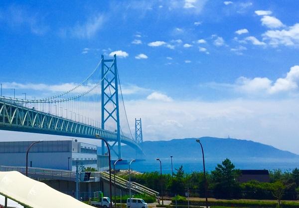 本州よりのぞむ橋の向こうの故郷=撮影・堀内優美