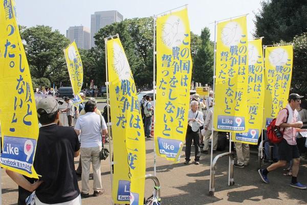 大混雑している場所から少し離れた場所に集まった「FB憲法九条の会」参加者ら=2015年7月26日、撮影・橋本正人