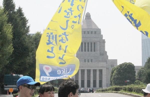 国会正面の横断歩道を通過=2015年7月26日、撮影・橋本正人