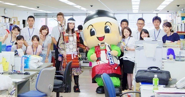 高松市役所のみなさんと=2015年8月28日、撮影・狸爺さん