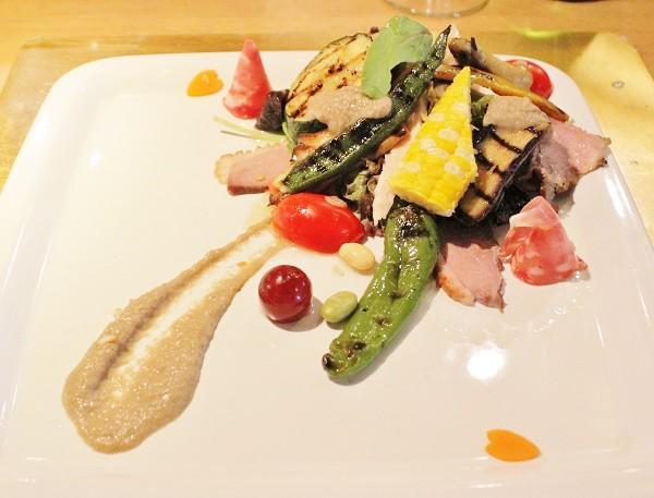 オードブル「夏野菜のグリルと数種の肉類の一皿」=撮影・橋本正人