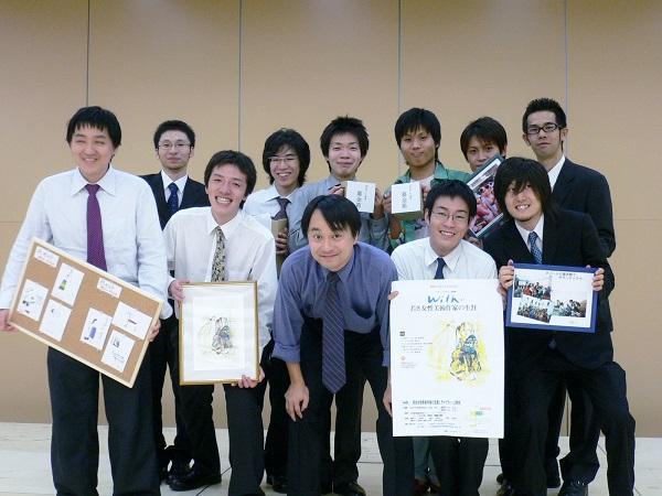 榛葉健監督(中央)と上映スタッフのメンバー(藤村さんは前列左から2人目、谷さんは前列右端)・2006年9月10日=藤村さん提供