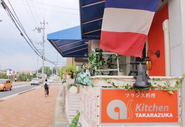 風にたなびくフランス国旗が目印=撮影・橋本正人