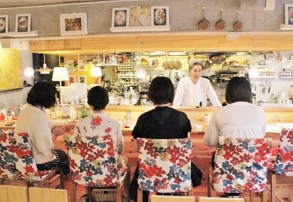 料理教室での参加者にメニューなどについて説明するシェフの荒田靖さん=撮影・橋本正人