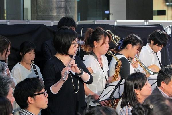 みづきさんの学生時代のお友だちから、歌と演奏のプレゼント=撮影・橋本正人