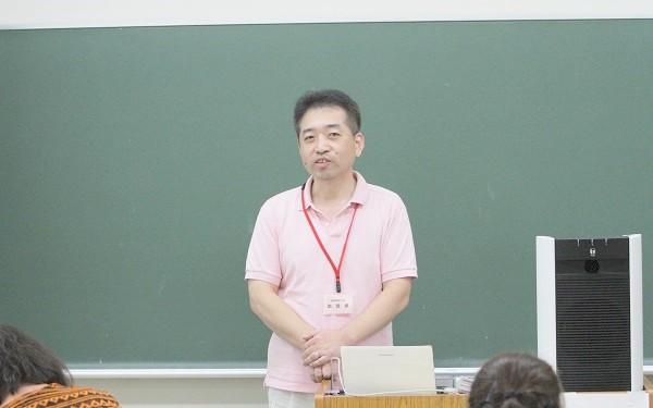教科書について説明する日本出版労働組合連合会の永石幸司さん=2015年8月2日、撮影・橋本正人