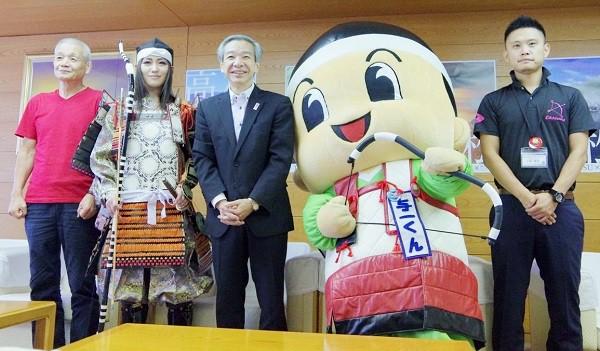 香川県高松市の加藤昭彦副市長(左から3人目)を表敬訪問=2015年8月28日、撮影・狸爺さん